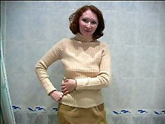 4 movies - Video of a hot tart doing the wee-wee in the bath